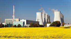Centrale nucléaire, tour de refroidissement, champ de graine de colza Photos libres de droits