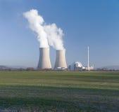 Centrale nucleare e campagna del cielo blu Immagini Stock