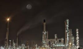 Centrale pétrochimique dans la nuit Image libre de droits