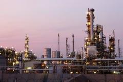 Centrale pétrochimique dans la nuit Images stock