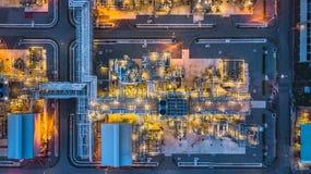 Centrale pétrochimique de vue aérienne la nuit, usine de raffinerie de pétrole à Photo libre de droits