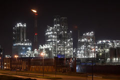 Centrale pétrochimique la nuit Photos stock