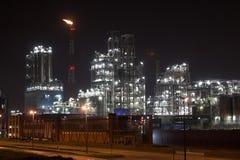 Centrale pétrochimique la nuit Photos stock