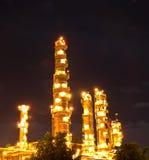 Centrale pétrochimique la nuit. Photo libre de droits