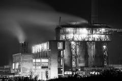 Centrale petrolchimica nella notte Fotografia monocromatica Fotografie Stock Libere da Diritti