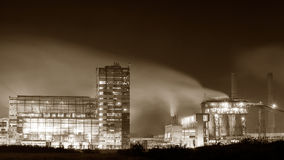 Centrale petrolchimica nella notte Fotografia monocromatica Immagini Stock Libere da Diritti