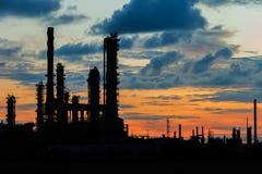 Centrale petrolchimica in siluetta Fotografie Stock Libere da Diritti