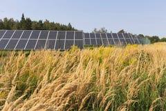 Centrale solaire sur le pré fleurissant d'été Images stock