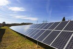 Centrale solaire sur le pr? t?t de ressort photo stock