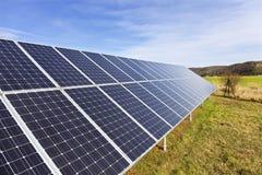 Centrale solaire sur le pr? t?t de ressort images stock