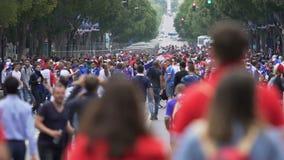 Centrale straat overvol met voetbalventilators, mensen die op sportengelijke wachten stock video
