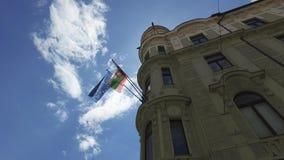 Centrale straten van de stad van Ljubljana de hoofd en grootste stad van Slovenië vlaggen stock video
