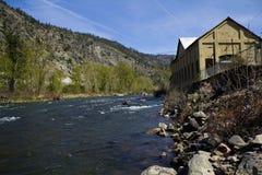 Centrale sur le fleuve Photographie stock libre de droits