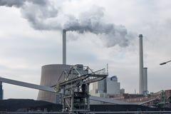 Centrale termica alimentata a carbone con i camini ed il fumo bianco fotografia stock
