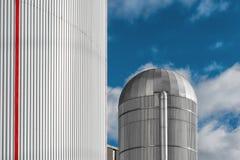Centrale thermique avec un silo en aluminium au centre Photographie stock