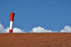 Centrale thermique et toit de maison photographie stock