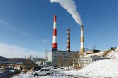 Centrale thermoélectrique du Kamtchatka avec des tuyaux de tabagisme Images stock