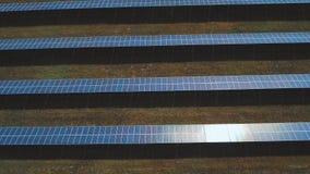 Centrale utilisant l'énergie solaire renouvelable avec le soleil Tiré sur le bourdon banque de vidéos