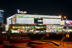 Centralen shoppar mitten i sikt för Vilnius stadsnatt Fotografering för Bildbyråer