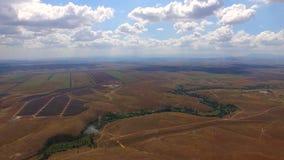 Centrales solaire parmi les champs agricoles banque de vidéos