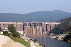 Centrali elettriche di energia idroelettrica sul fiume immagini stock libere da diritti