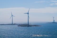 Centrali eoliche sui precedenti dell'isola Fotografie Stock Libere da Diritti