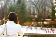 Centrali parkowy łyżwiarski lodowisko - kobieta w Miasto Nowy Jork zdjęcia royalty free
