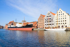 Centralt maritimt museum i Gdansk på den Motlawa floden Arkivbilder