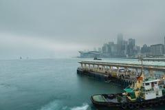 Centralt område i Hong Kong på en dimmig morgon Royaltyfri Fotografi