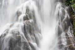 Centrar-se sobre a queda da água no parque nacional de Tailândia Imagens de Stock Royalty Free
