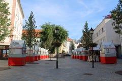 Centre Bratislava - kwadrat z stojakami które sprzedają pamiątki, Fotografia Royalty Free