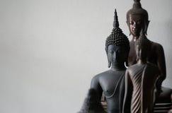 Centre choisi de statue antique de buddhas de noir de vintage au milieu de l'autre statue de buddhas photographie stock libre de droits