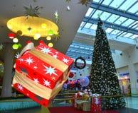Centre commercial accrochant de boîte-cadeau de Noël Photo libre de droits