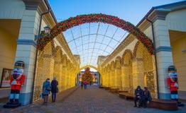 Centre commercial avec des lumières des jours de Noël, Italie Photos stock