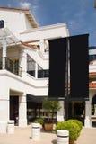 Centre commercial avec les signes blanc de drapeau Photo libre de droits