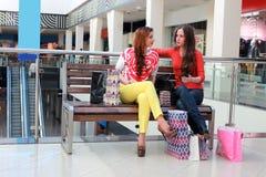 Centre commercial d'amie de couples Image stock