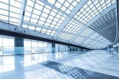 Centre commercial d'intérieur moderne de station de métro d'aéroport de Pékin Image stock