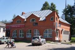 Centre commercial dans la ville de Kashin dans la région de Tver Photo stock