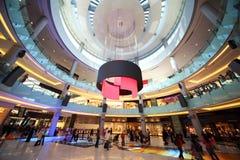 Centre commercial de cercle avec des étages et des fléaux Images stock
