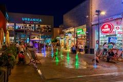 Centre commercial en plein air à la soirée dans Ashdodo, Israël Images stock