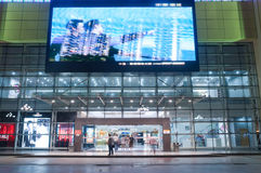 Centre commercial la nuit à Zhuhai, Chine Photos stock