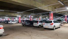 Centre commercial méga de stationnement souterrain de voiture Photos stock