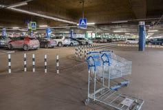 Centre commercial méga de stationnement souterrain de voiture Images libres de droits