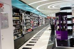 Centre commercial moderne de parfum à Paris Photo stock