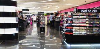 Centre commercial moderne de parfum à Paris Photos libres de droits