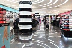 Centre commercial moderne de parfum à Paris Images stock