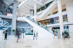Centre commercial occupé image stock