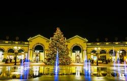Centre commercial par nuit des jours de Noël, Italie Images stock