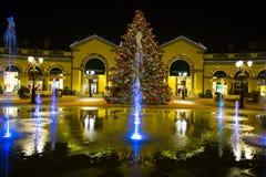 Centre commercial par nuit des jours de Noël, Italie Photo stock