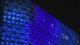 Centre d'achats et de divertissement, belle illumination bleue sur l'extérieur en verre clips vidéos